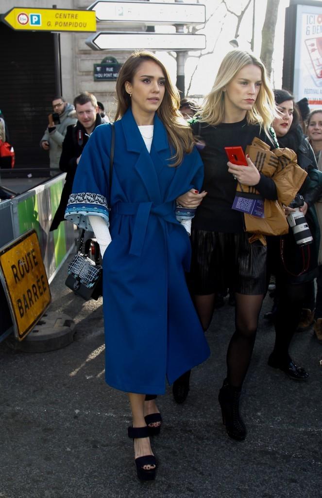 Jessica Alba au défilé Kenzo à Paris le 3 mars 2013