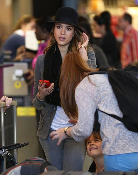 Jessica Alba et Honor Marie à l'aéroport de Los Angeles le 28 février 2013