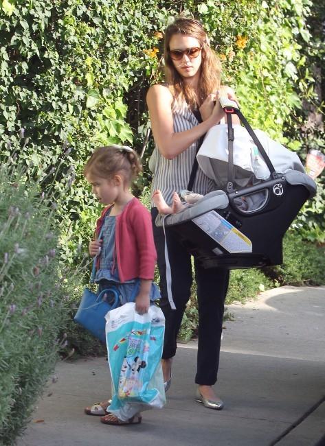 Jessica Alba et ses filles à Los Angeles, le 29 avril 2012.