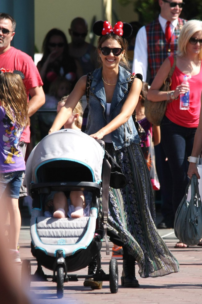 Jessica Alba chez Mickey et Minnie à Los Angeles le 9 juin 2014