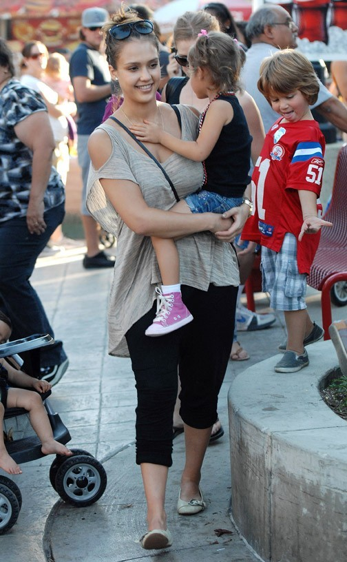 Heureuse parmi la foule, elle retrouve son âme d'enfant !