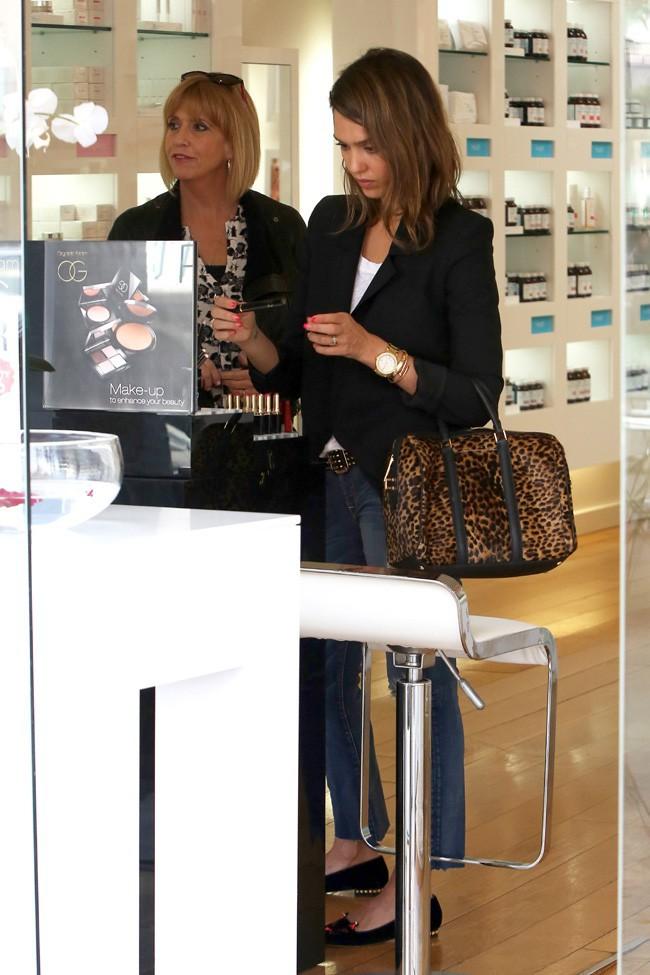 Jessica Alba en virée shopping avec sa maman à Beverly Hills le 18 février 2014
