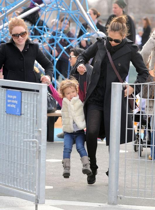Elle fait quand même des effort pour amuser sa fille !