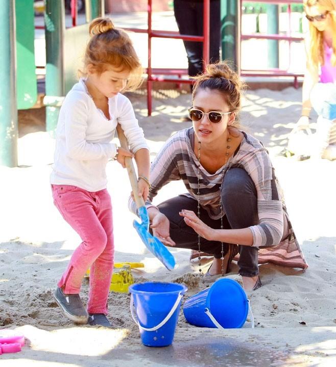 Jessica se met aux chateaux de sable !