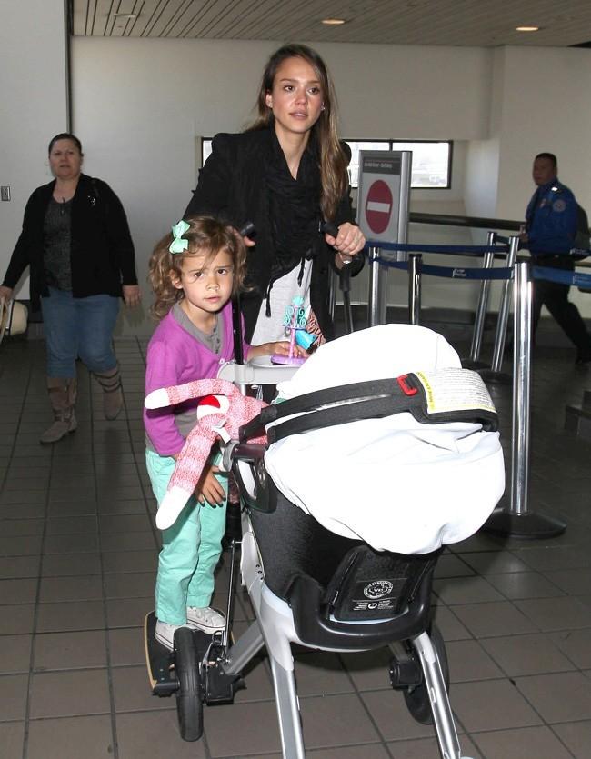 Jessica Alba le 6 juin 2012 à l'aéroport de Los Angeles