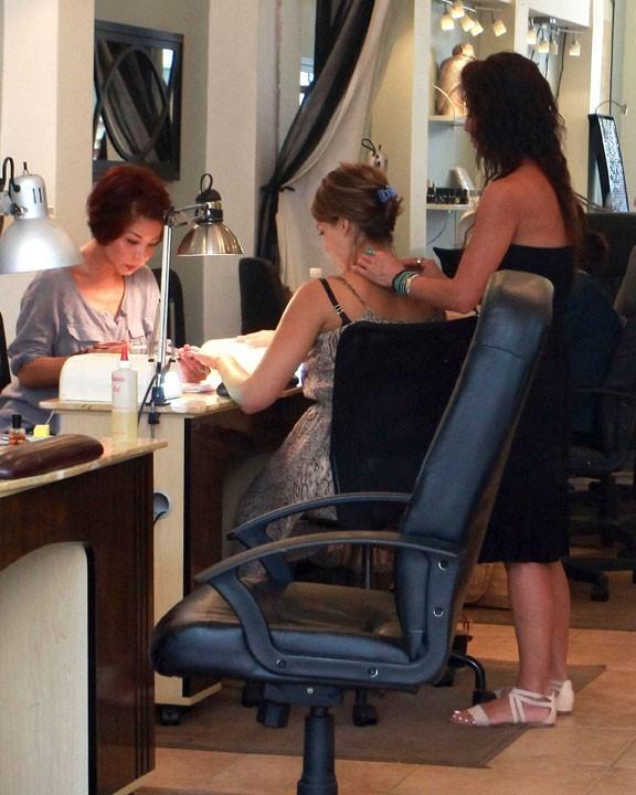 Jessica Alba dans le salon de beauté Nail Design à Beverly Hills, le 21 septembre 2011.