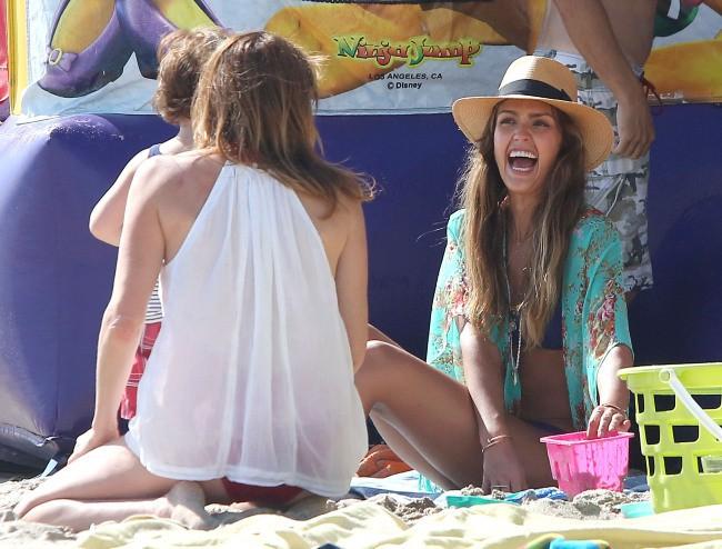 Jessica Alba en famille à la plage, le 1er septembre 2013.