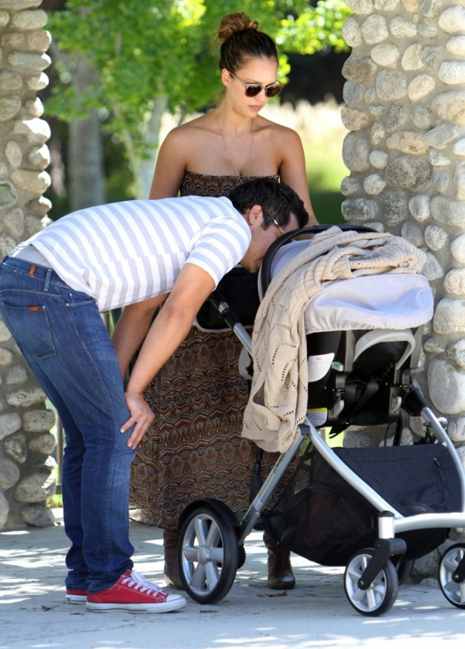 Jessica Alba en famille à Beverly Hills, le 9 octobre 2011.