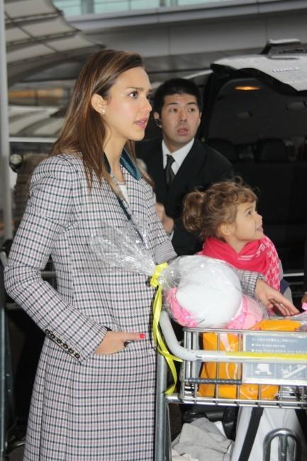 Jessica Alba en famille à l'aéroport de Narita au Japon, le 14 avril 2012.
