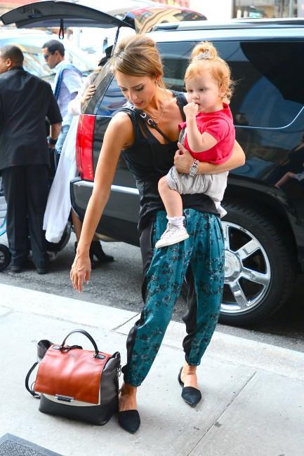 Jessica Alba sur le départ après la Fashion Week, le 13 septembre 2013 à New York