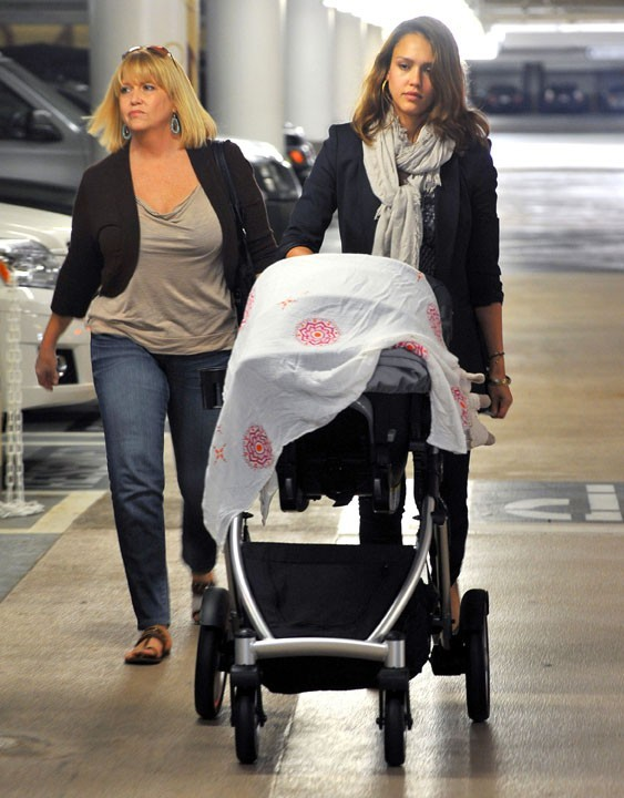 Jessica Alba en compagnie de sa maman Catherine et de sa fille Haven à Los Angeles, le 6 octobre 2011.