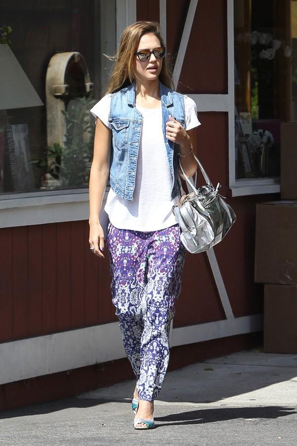 Jessica Alba dans la banlieue de Los Angeles avec Honor Marie le 27 septembre 2012