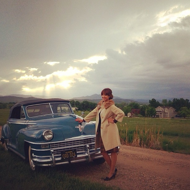 Jessica Alba sublime en jeune femme des années 60 !