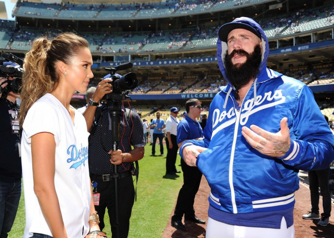 Jessica Alba avec les joueurs de l'équipe des Dodgers de Los Angeles, le 18 août 2014.