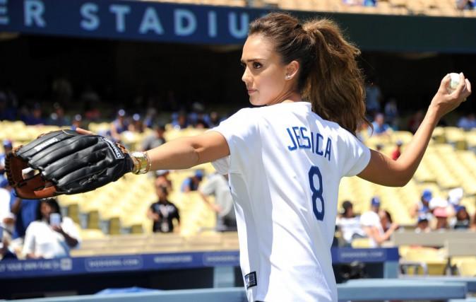 Jessica Alba effectue le premier lancer du match des Dodgers de Los Angeles, le 18 août 2014.