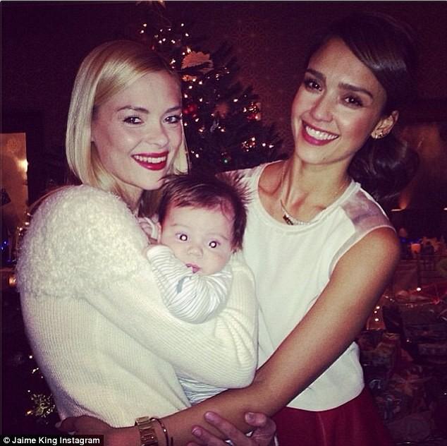 Jaime King avec son fils James et Jessica Alba lors du réveillon de Noël, le 24 décembre 2013.