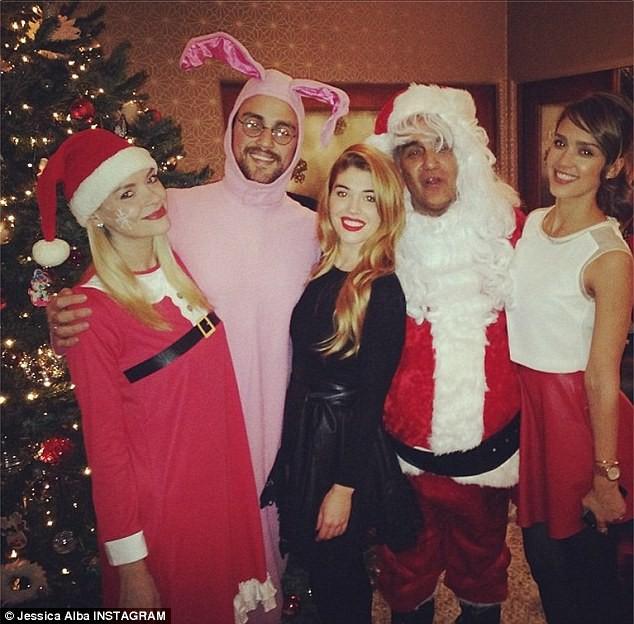 Jessica Alba entourée de ses amis et sa famille lors du réveillon de Noël, le 24 décembre 2013.