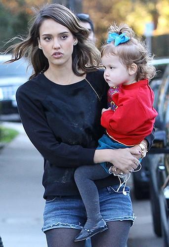Jessica Alba en famille à Los Angeles le 1er février 2014