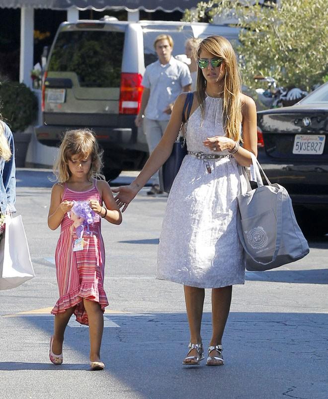 Jessica Alba à Beverly Hills avec Honor Marie le 17 août 2013