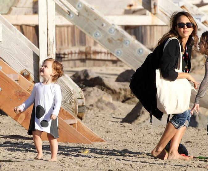 Jessica Alba en famille sur une plage de Malibu le 1er décembre 2013