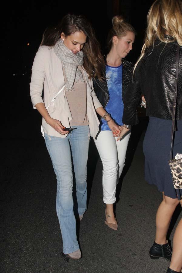 Jessica Alba à la sortie du restaurant Son of a Gun de LA le 14 juin 2012