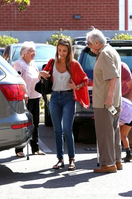 Jessica Alba en famille à Los Angeles, le 28 août 2013.