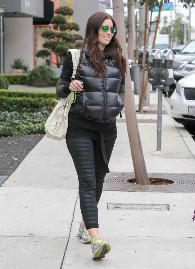 Jessica Biel : elle continue de camoufler son petit ventre !