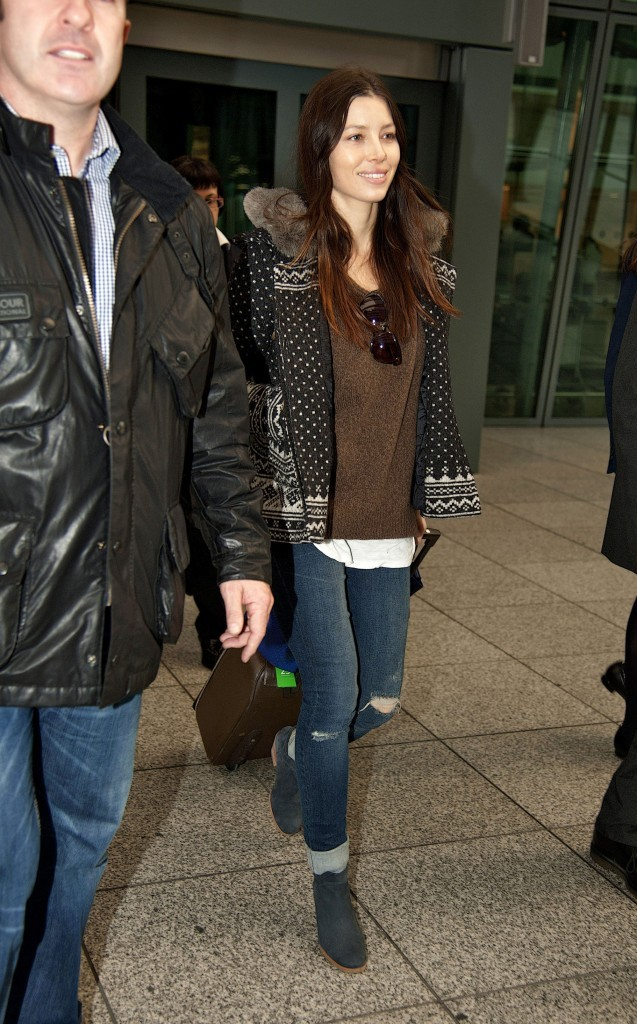 Jessica Biel à l'aéroport d'Heathrow à Londres, le 1er décembre 2011.