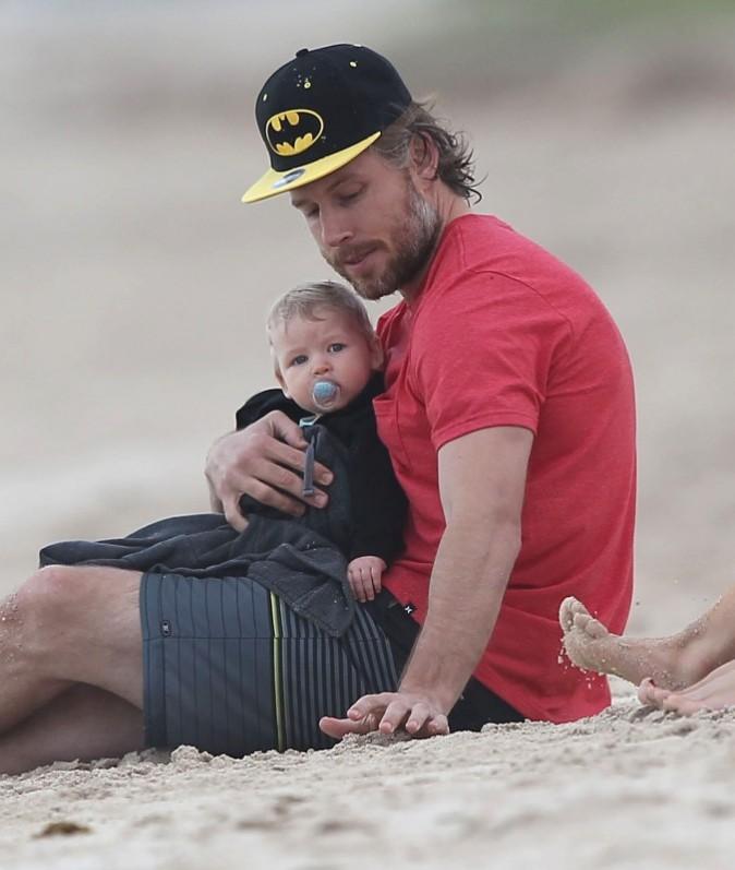 Eric Johnson et sa fille Maxwell sur une plage à Hawaï, le 26 décembre 2012.