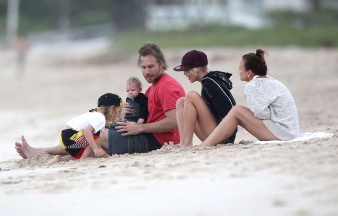 La famille Simpson sur une plage à Hawaï, le 26 décembre 2012.