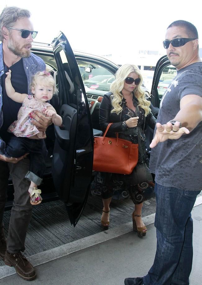 Jessica Simpson avec son fiancé Eric Johnson et sa fille Maxwell à l'aéroport de Los Angeles le 3 mai 2013