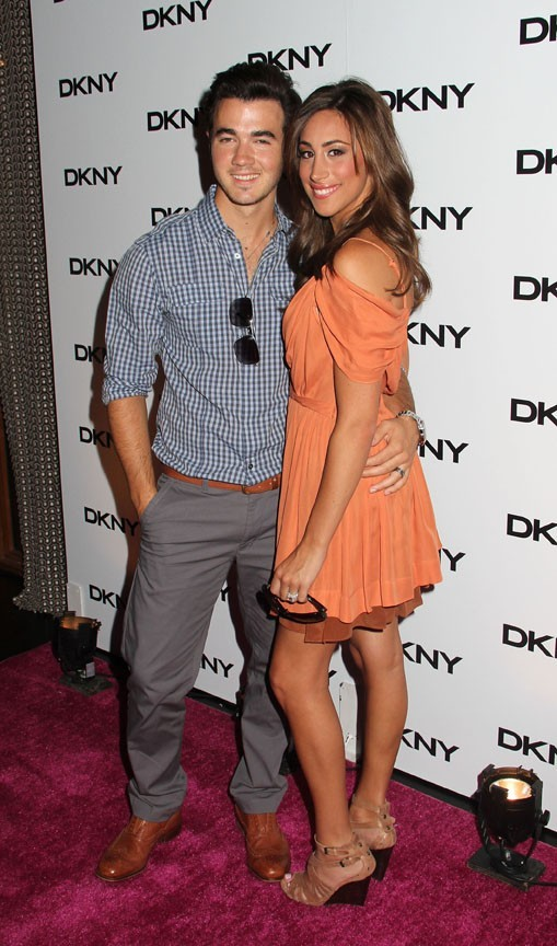 Kevin Jonas et sa femme Danielle lors de la soirée de lancement de la nouvelle collection de lunettes DKNY à New York, le 26 juillet 2011.