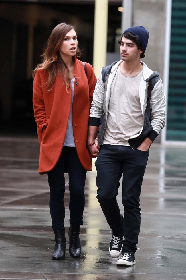 Joe Jonas et Blanda Eggenschwiler le 30 novembre 2012 à Los Angeles