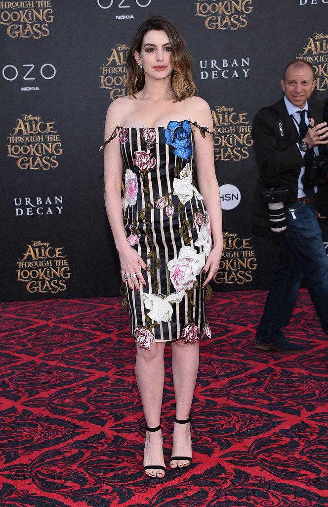 """Anne Hathaway en Christopher Kane à l'Avant-Première du film """"Alice de l'autre côté du miroir"""""""