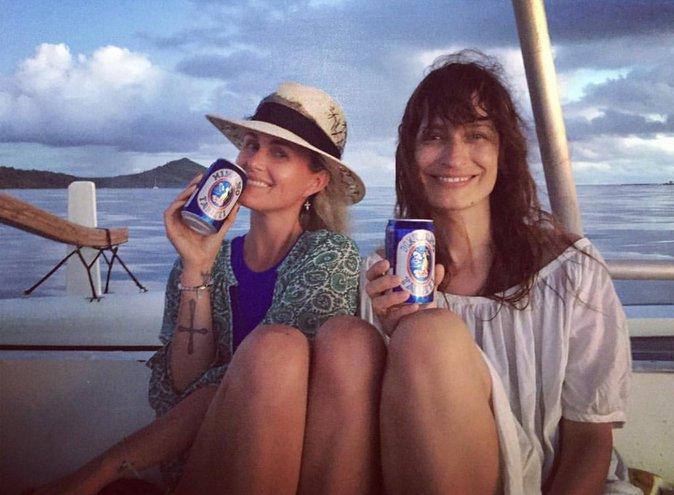Laeticia boit une biere locale avec son amie