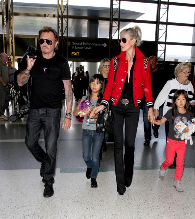 Johnny Hallyday en famille à l'aéroport de LAX le 14 octobre 2014