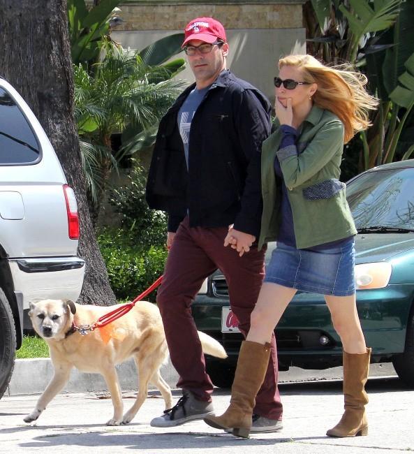 Jon Hamm et sa compagne, décontractés pour promener le chien