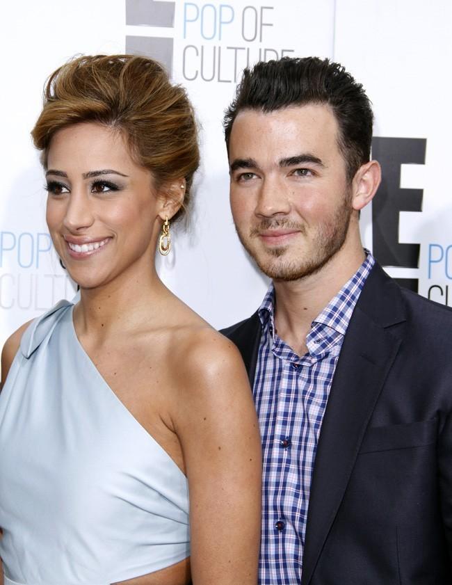 Kevin Jonas a le coeur pris par la belle Danielle...