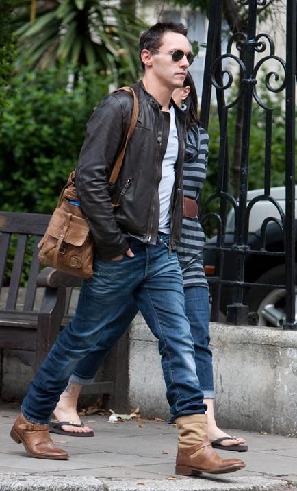 Dans les rues de Londres, un mois et demi après sa tentative de suicide...