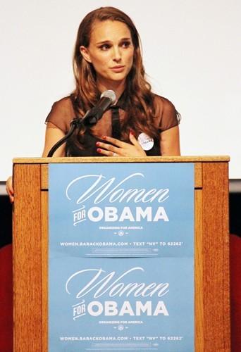 Natalie Portman est l'un des soutiens officiels de Barack Obama. Elle est engagée auprès de la FINCA et défend ardemment l'écologie.