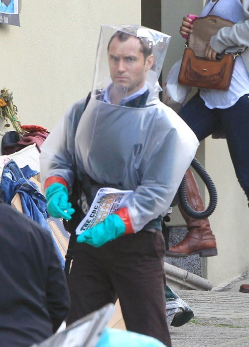 Les gants bleus ? Ça lui donne l'air fashion !