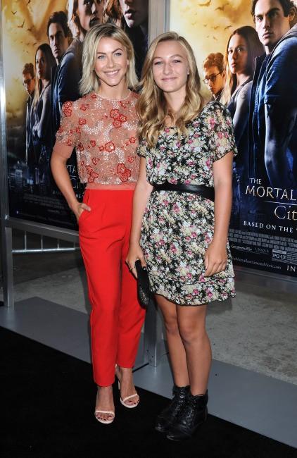 """Julianne Hough et sa nièce Paris à la première du film """"The Mortal Instruments : La Cité des ténèbres"""" à Los Angeles, le 12 août 2013."""