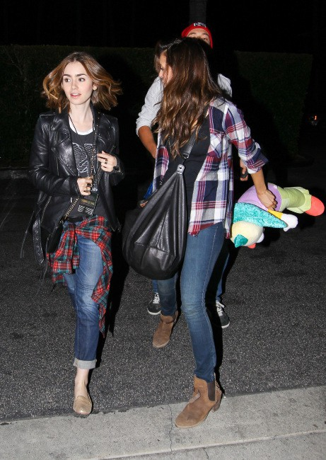 Lily Collins et Nina Dobrev à la sortie d'Universal Studios à Los Angeles, le 6 octobre 2013.