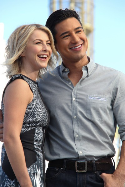 Julianne Hough et Mario Lopez sur le plateau de l'émission Extra à Los Angeles, le 15 octobre 2013.