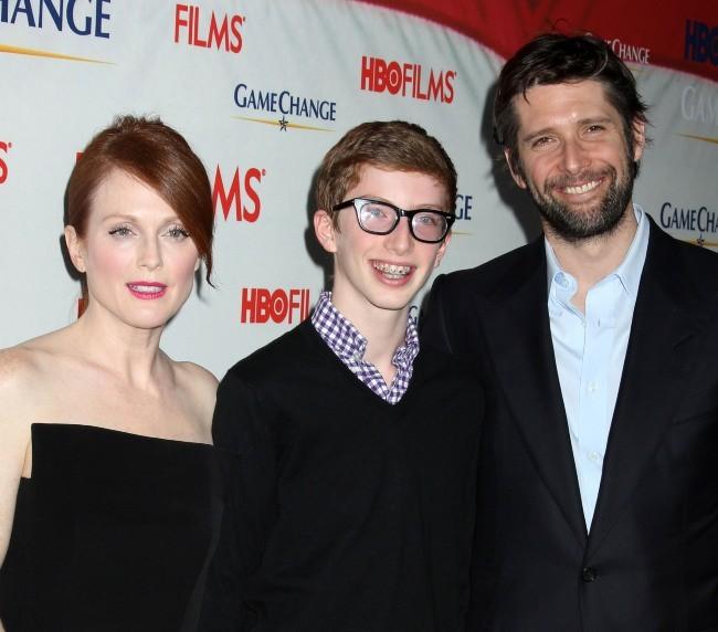 Julianne Moore, son mari Bart Freundlich et son fils Caleb, lors de la première du téléfilm Game Change à New York, le 7 mars 2012.