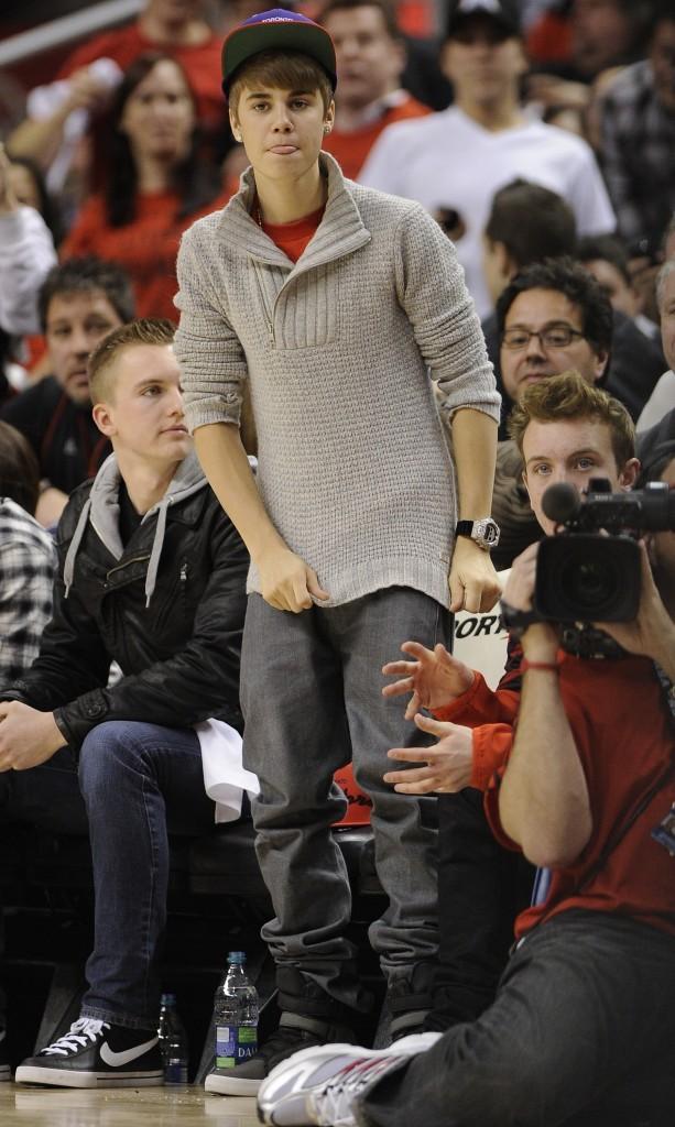 Justin Bieber lors du match de basket des Toronto Raptors contre les Indiana Pacers à Toronto, le 28 décembre 2011.