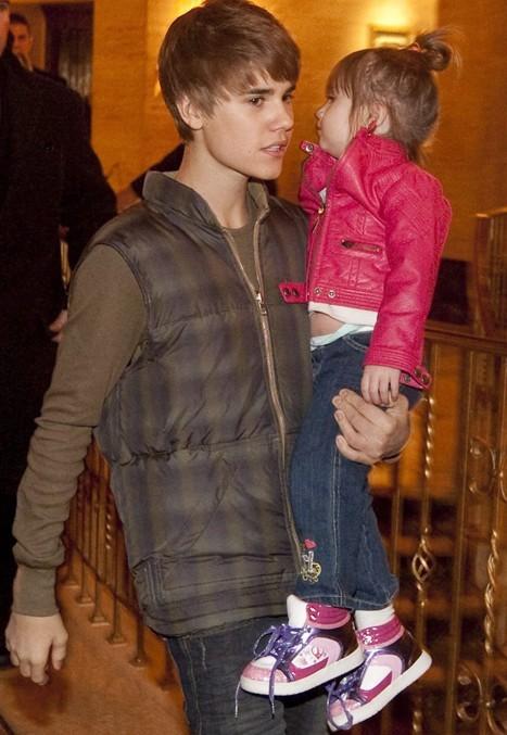 Justin prend soin de sa petite soeur !