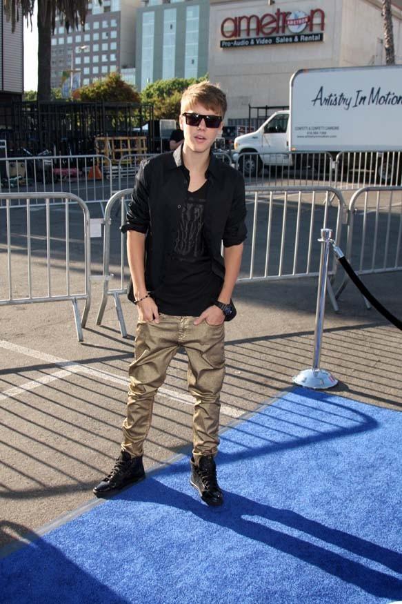 Justin Bieber hier à son arrivée à la cérémonie des Do Something Awards !