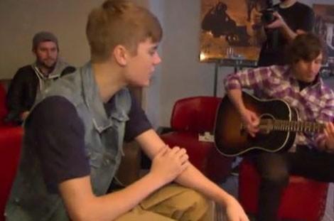 Il a chanté pour trois petites filles malades !