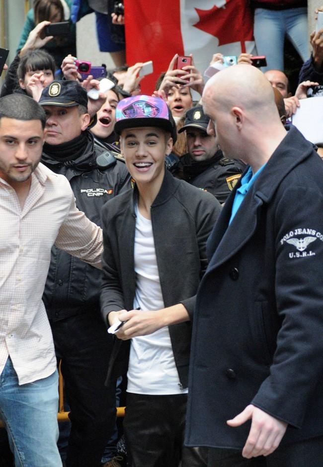 Justin Bieber à la sortie de son hôtel de Madrid le 14 mars 2013